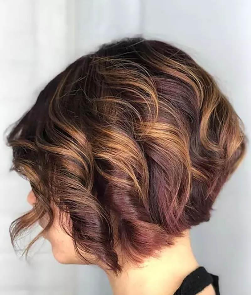Kiểu tóc bob uốn xoăn nhuộm màu rượu vang