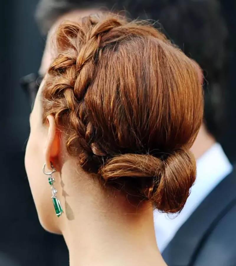 Búi tóc xoắn thấp với bím tóc sát thái dương