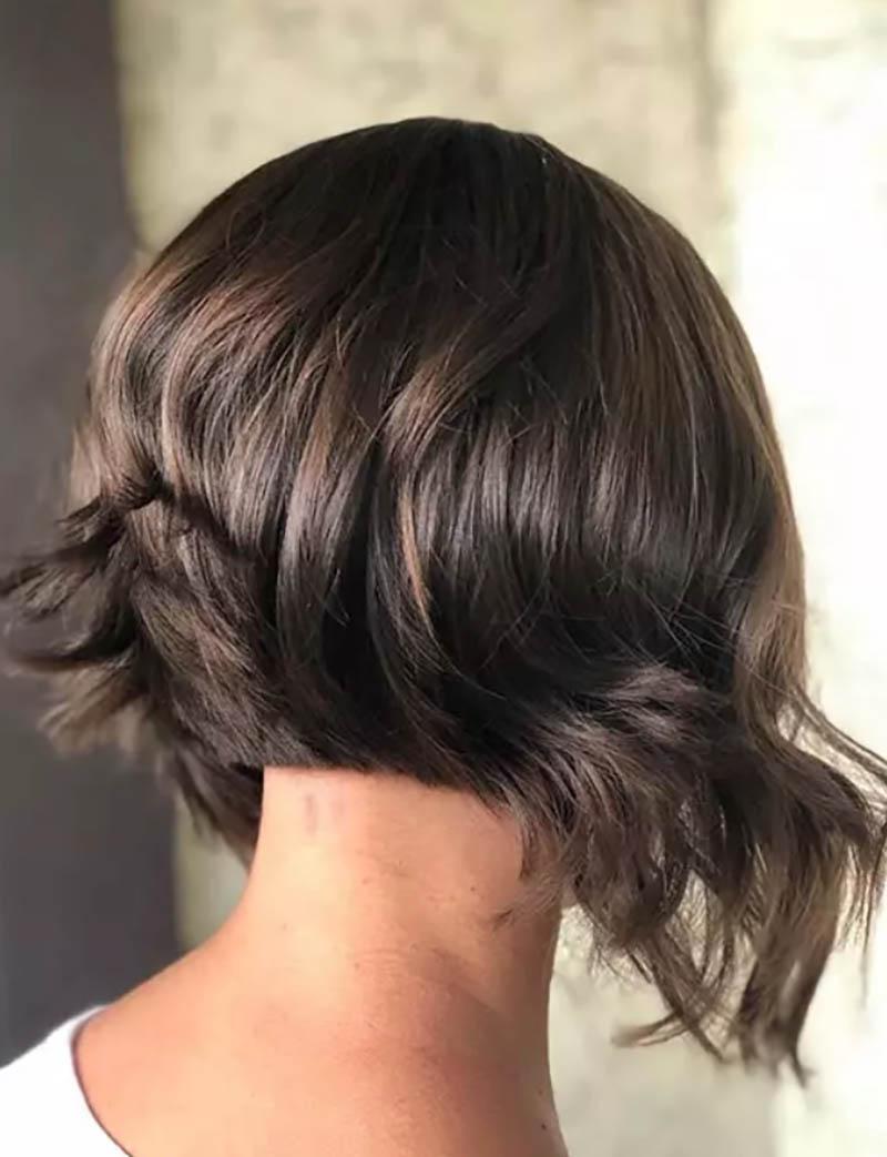 Kiểu tóc bob xoăn có kết cấu bất đối xứng