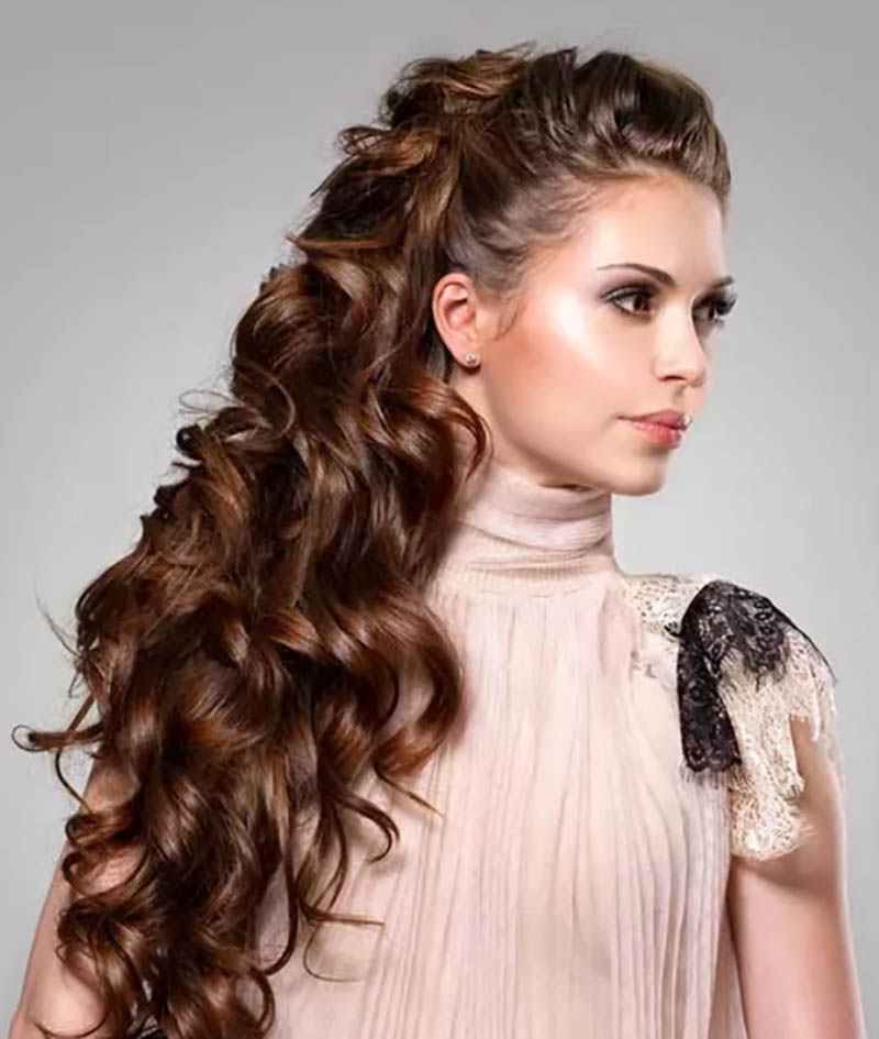 Kiểu tóc xoăn uốn lọn cột cao