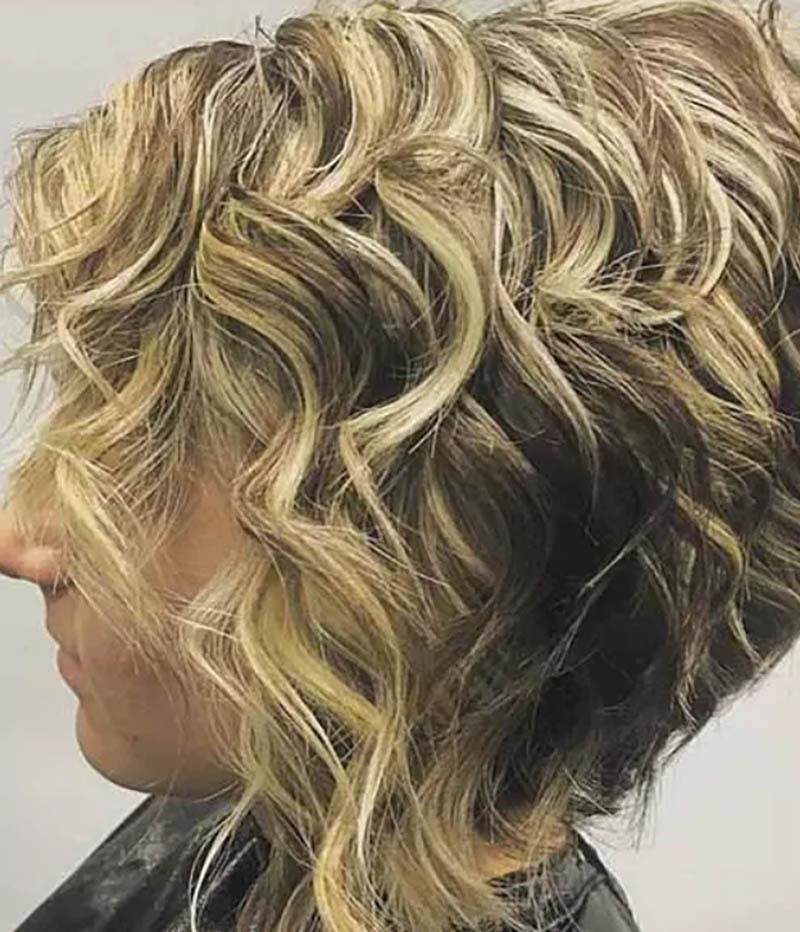 Kiểu tóc bob xoăn xếp tầng đảo ngược