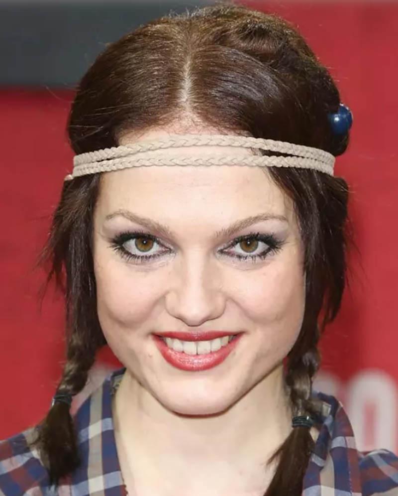 Kiểu tóc tết hai bên với phong cách hippie