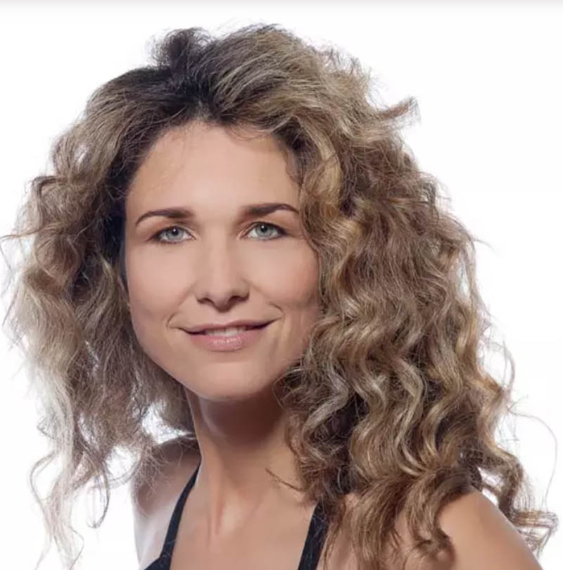 Những lọn tóc xoăn sóng cho mái tóc dài ngang vai