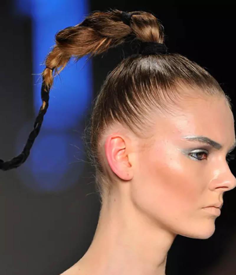 Kiểu tóc thắt bím tóc đuôi ngựa cao
