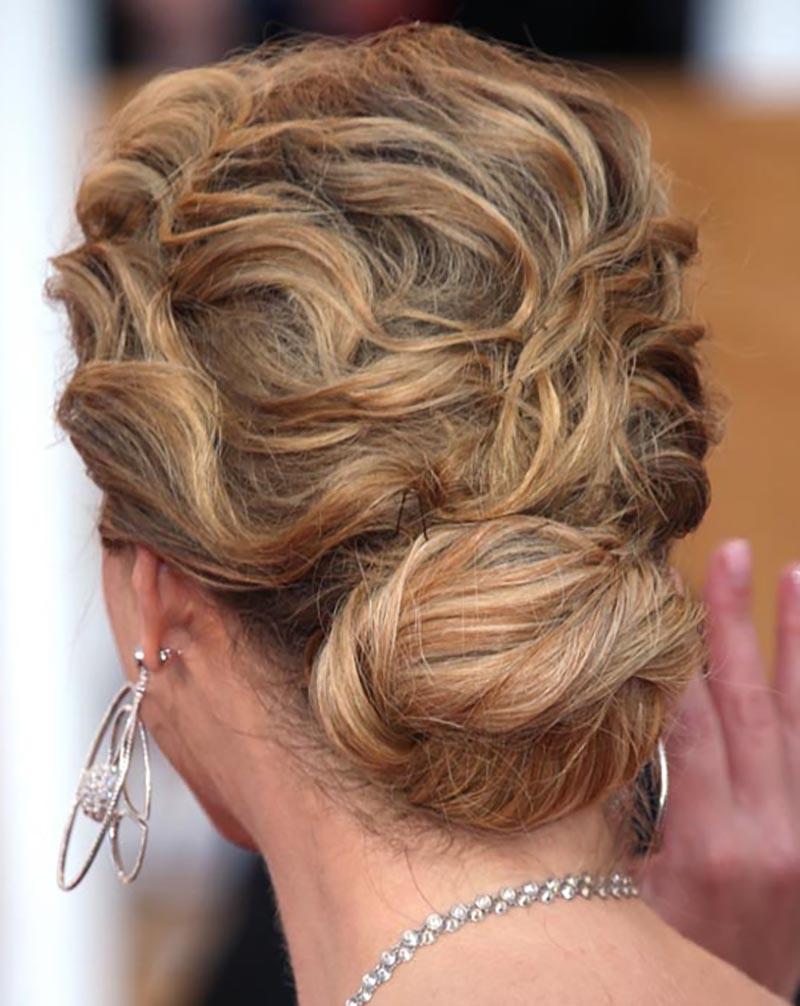 Kiểu tóc búi thấp với những lọn tóc xoăn gợn sóng