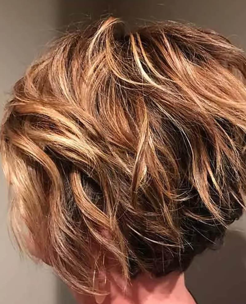 Kiểu tóc bob xoăn nhuộm highlight màu nâu vàng
