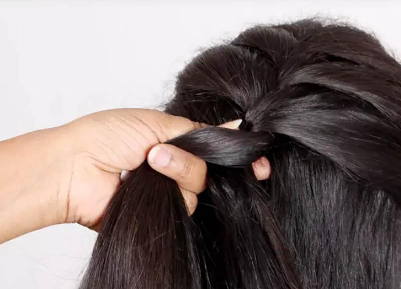 Hướng dẫn cách tết tóc kiểu Pháp đẹp đơn giản tại nhà bước 3