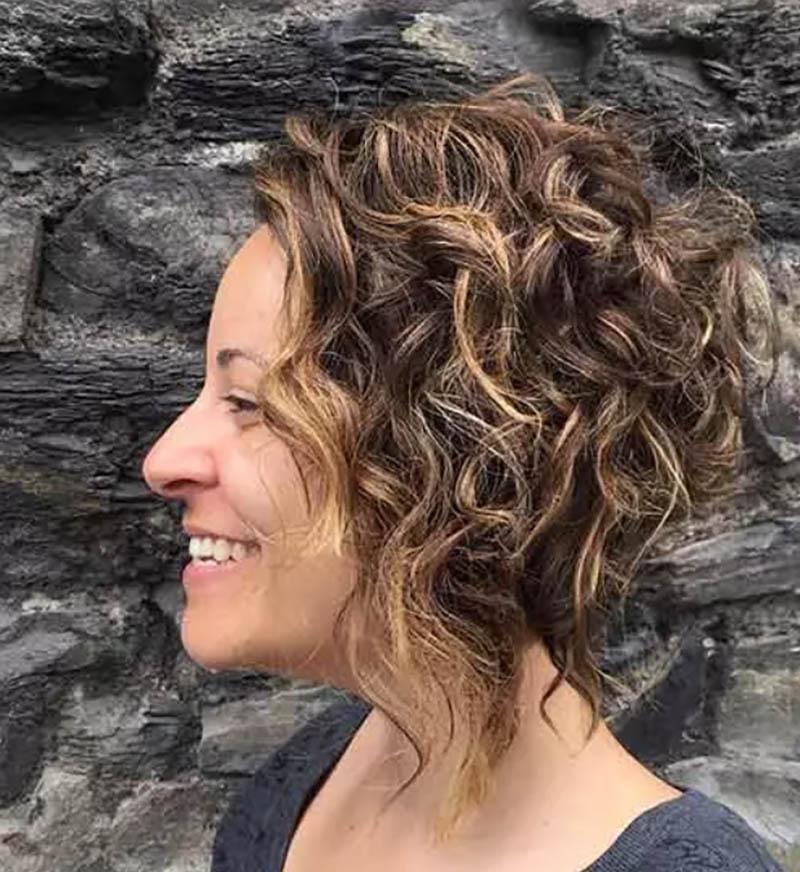 Kiểu tóc bob xoăn rối nhuộm màu nâu pha