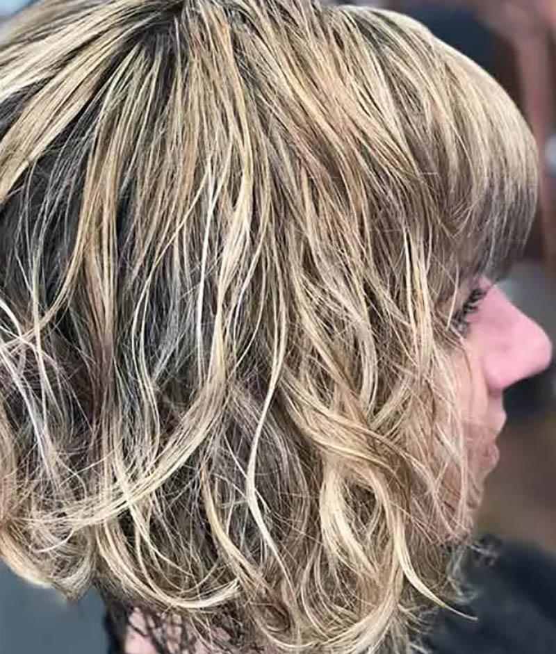 Kiểu tóc bob xoăn màu gỗ