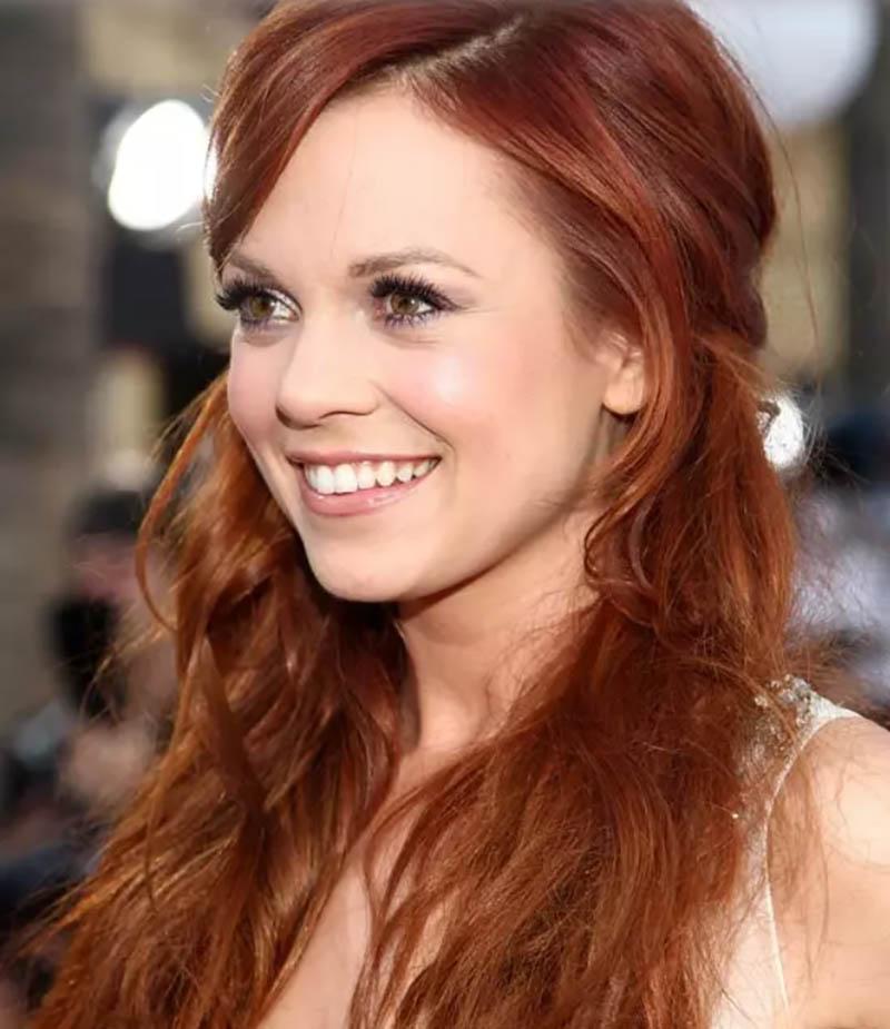 Mái tóc màu đỏ hổ phách kết hợp phần mái lệch 1 bên