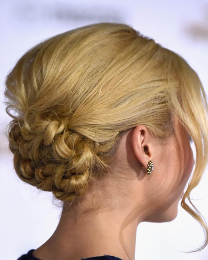 Búi hoa thấp với đỉnh tóc phồng và mái lượn sóng