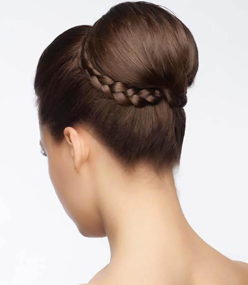 Búi thấp một bên lộn xộn kết hợp với tóc gợn sóng
