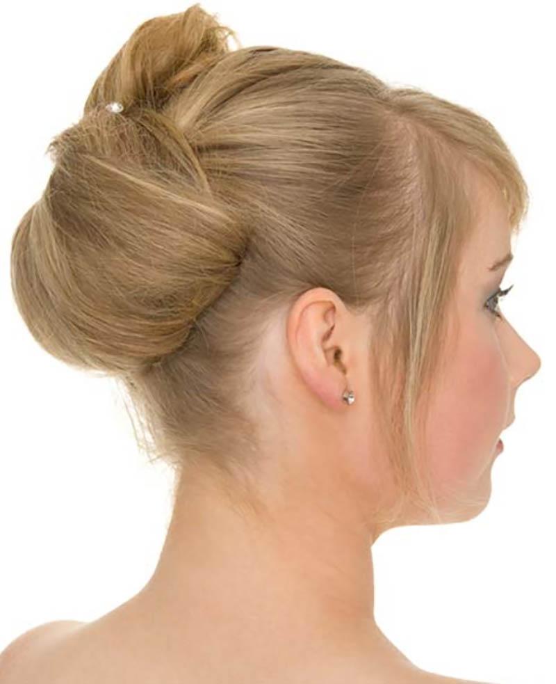 Búi tóc đôi hồng sáng và tóc mái vuốt qua một bên