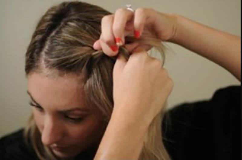 Bước 2: Phần tóc ở giữa. Bây giờ chúng ta bắt đầu tết tóc kiểu Pháp ở phần tóc phía trước.