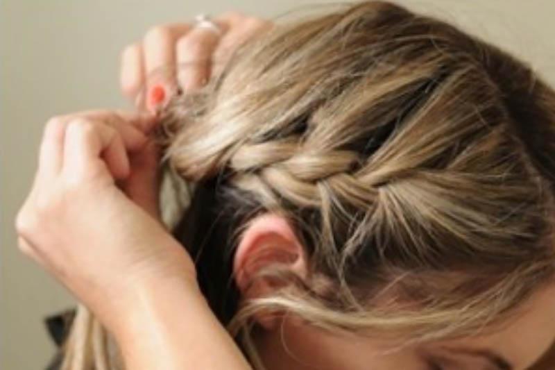 Bước 3: Tiếp tục tết tóc cho đến khi vừa qua tai.