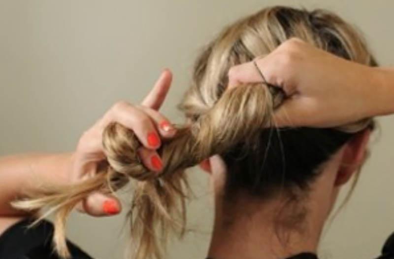 Bước 5: Túm hết tóc lên (kể cả 2 phần tóc tết). Sau đó bắt đầu xoắn chúng lại với nhau.