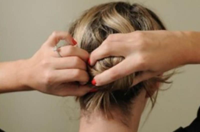 Bước 6: Bây giờ thì cố định búi tóc vừa tạo bằng cách sử dụng một dây thun mảnh.