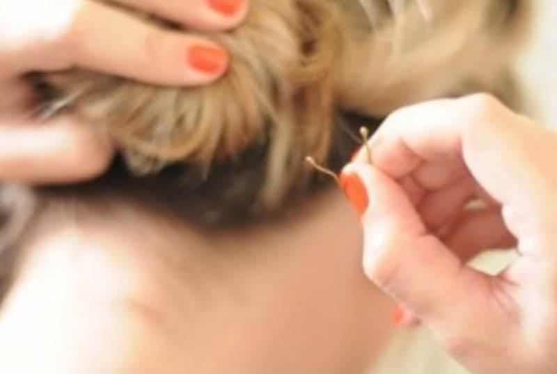 Bước 7: Nếu có những sợi tóc lỏng rơi ra, bạn hãy nhét chúng vào và giữ bằng cách sử dụng kẹp tăm nhé!