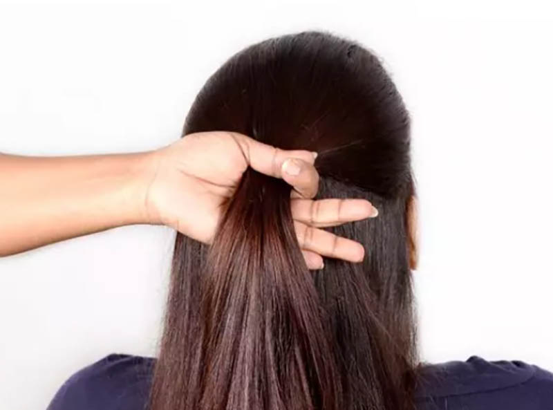 Cách làm kiểu tóc Half-Updo bước 1