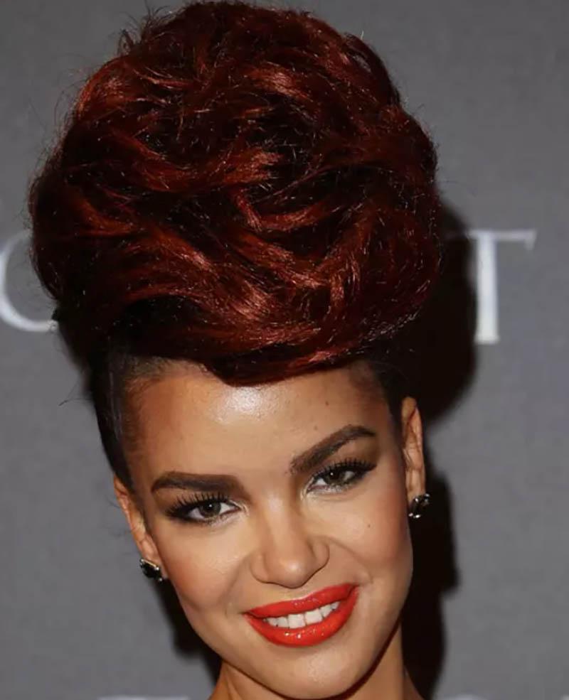 Kiểu tóc búi nhuộm màu nâu đỏ khổng lồ