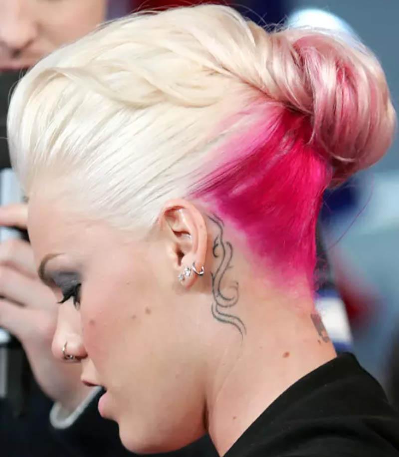 Kiểu tóc búi xoắn với phần chân tóc nhuộm hồng