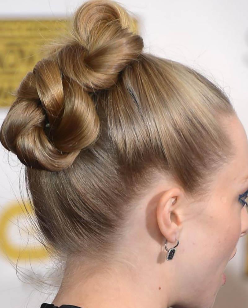 Kiểu tóc mượt mà được xoắn và cố định cao