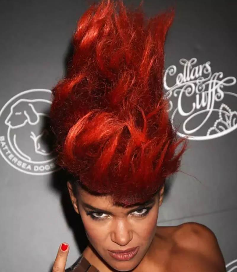 Kiểu tóc nhuộm màu đỏ đồng và vuốt thẳng đứng
