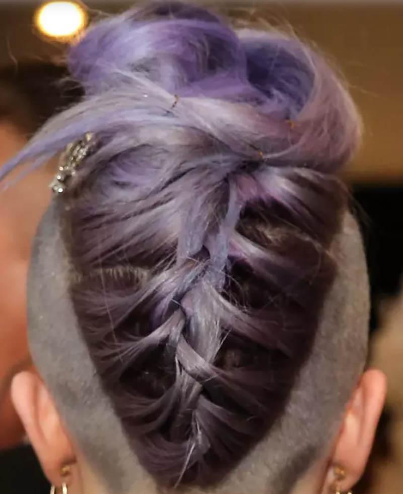 Kiểu tóc thắt bím tóc nhuộm màu tím bện ngược hình tam giác
