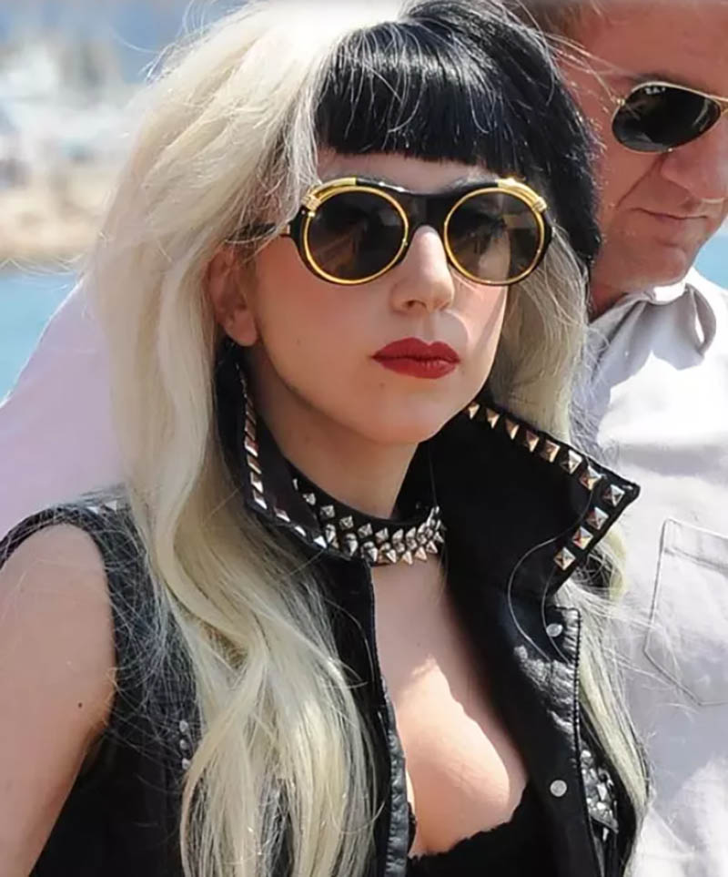 Kiểu tóc uốn sóng nhuộm vàng với phần mái màu đen