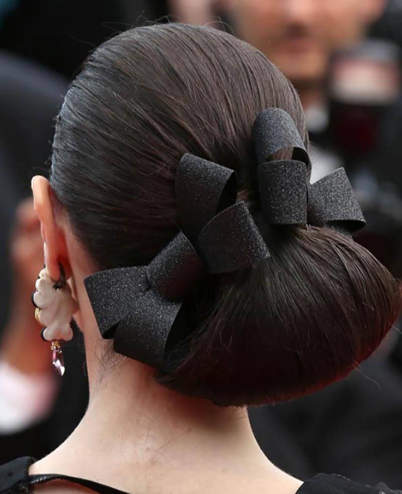 Kiểu tóc vòng lặp một bên với nơ