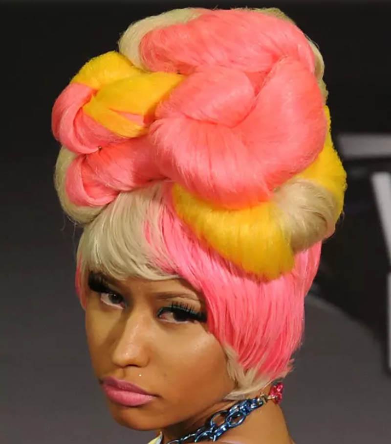 Kiểu tóc xoắn cao nhiều màu sắc xếp tầng