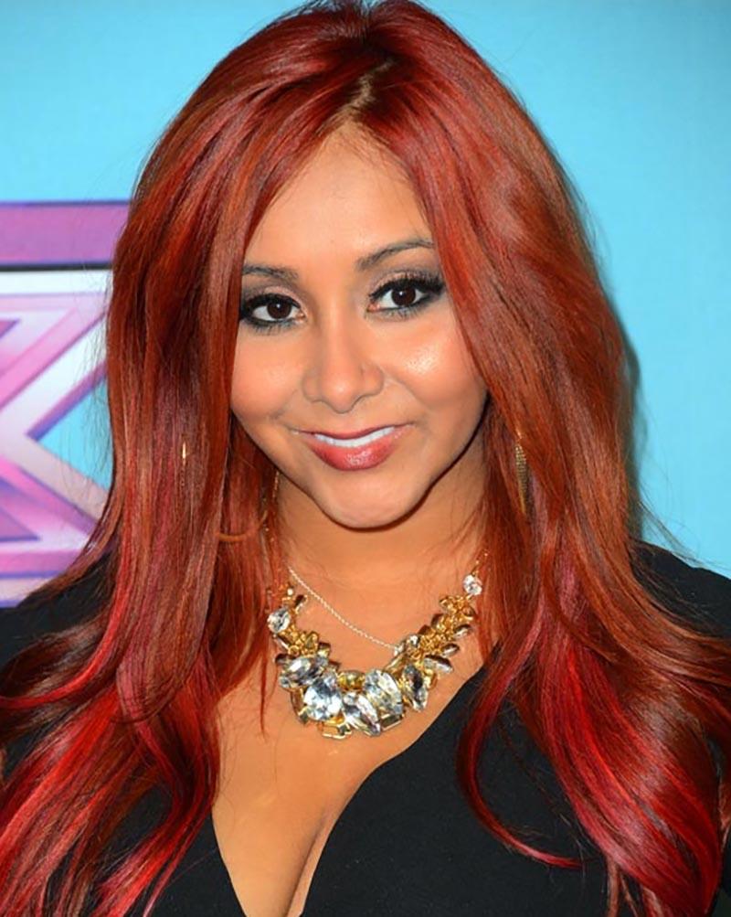 Những lọn tóc xoăn gợn sóng xếp lớp và nhuộm đỏ