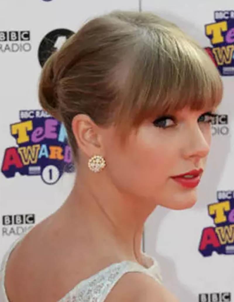 Nữ ca sĩ Taylor Swift lại đem đến vẻ ngoài sang chảnh khi xuất hiện trên thảm đỏ