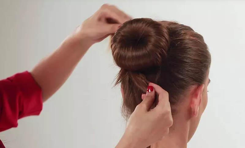 Tất cả những gì bạn cần làm là chia nó thành hai phần và xoay tròn từng phần xung quanh búi tóc.