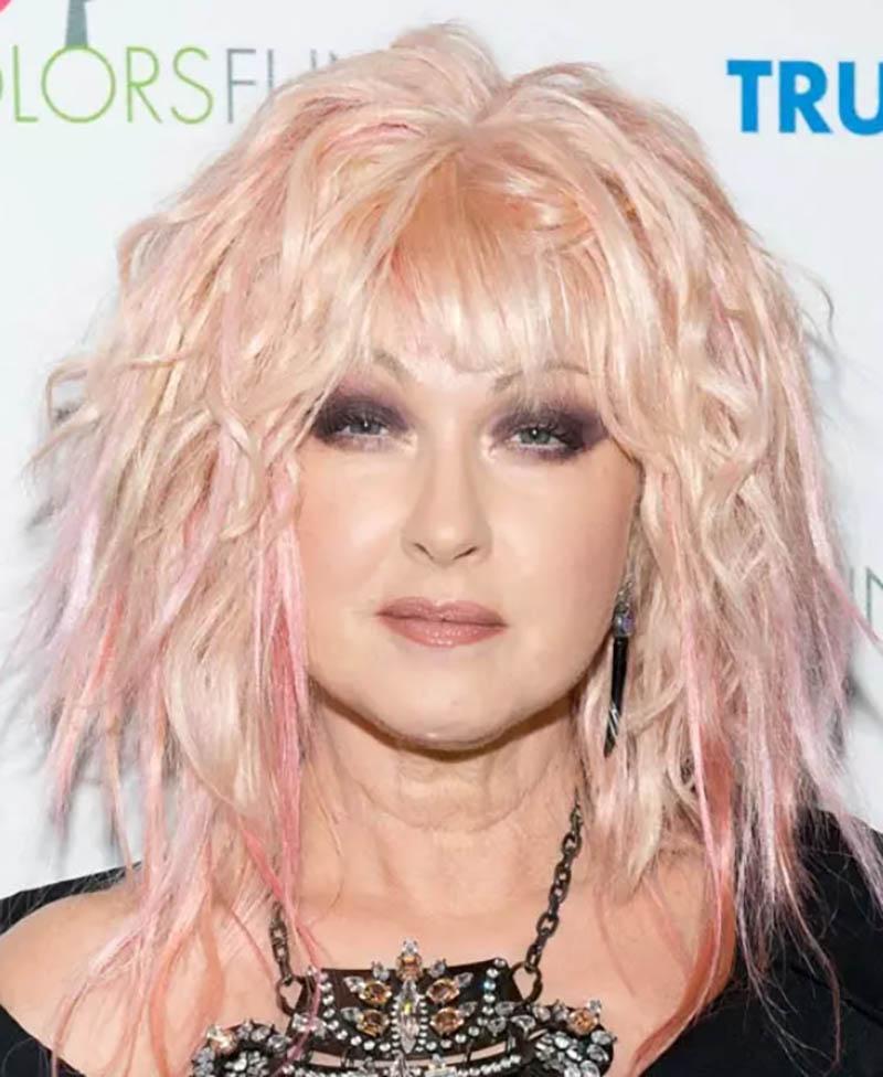 Tóc Bob không đồng đều với viền màu hồng nổi bật