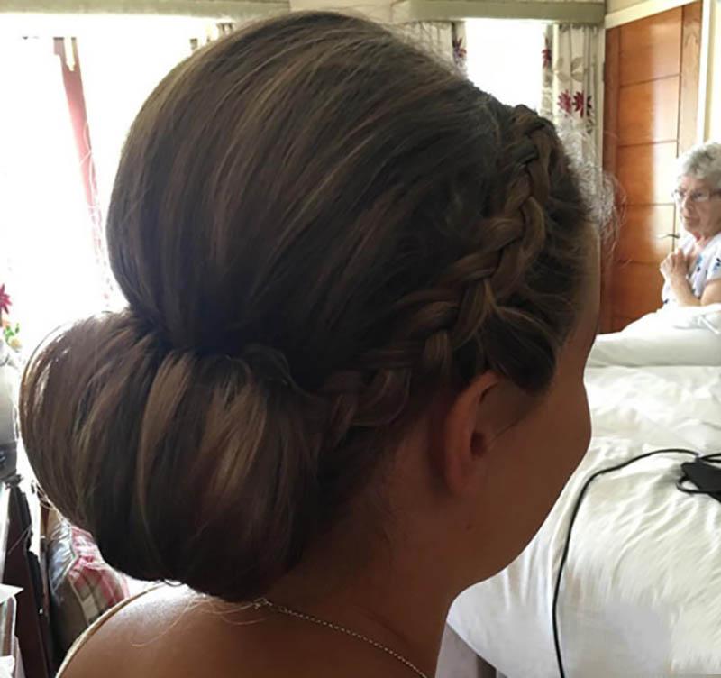 Tóc búi thấp với tóc tết thái dương