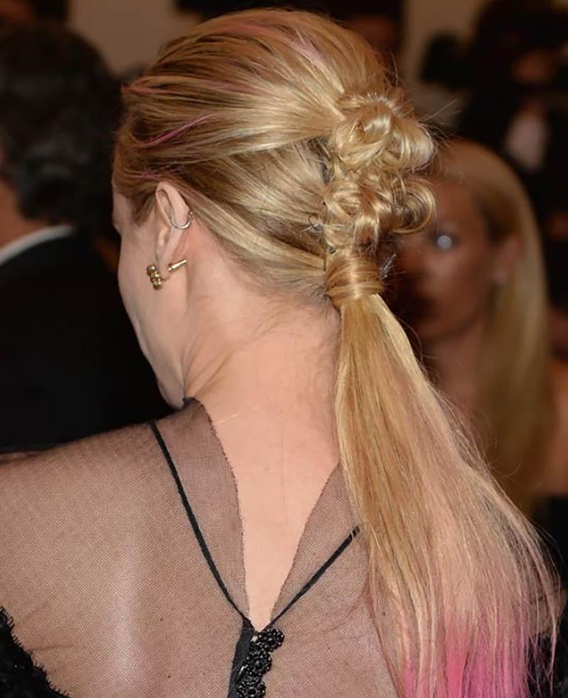 Tóc đuôi ngựa buộc thấp quấn tóc kết hợp với xoắn tóc phía trên