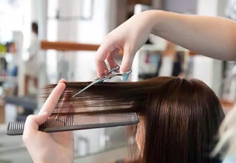Tóc mái cắt ở một góc