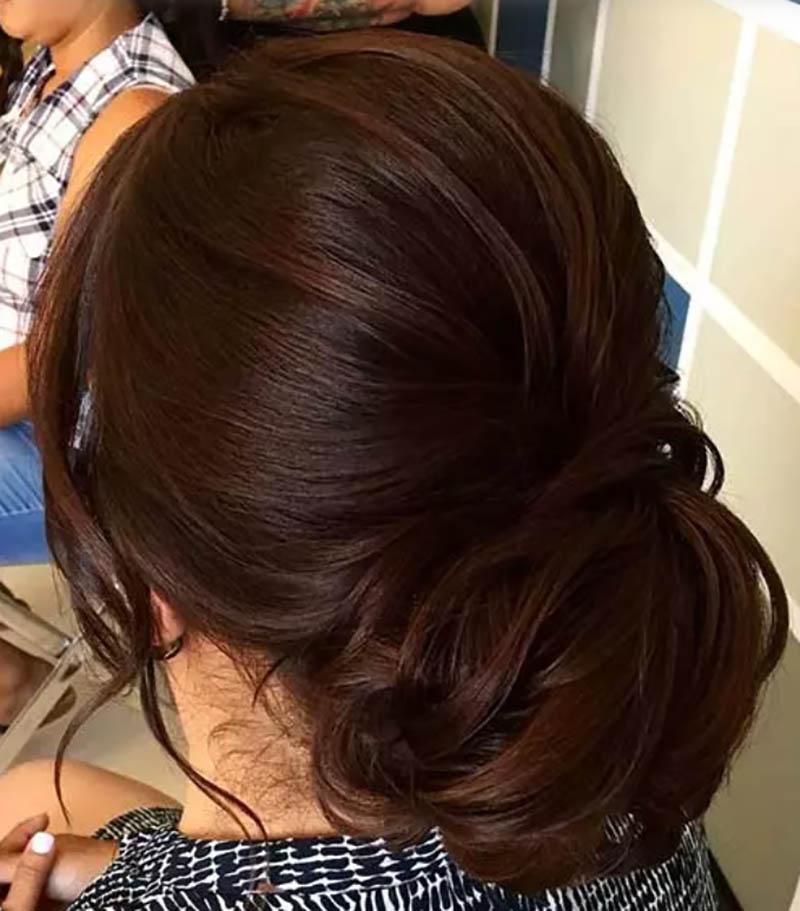 Tóc mái một bên và búi thấp