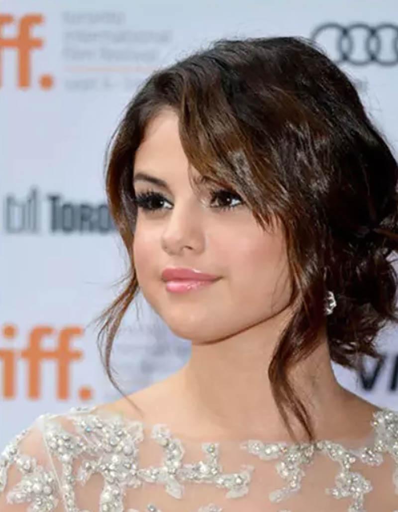 Trong khi đó cô nàng Selena Gomez lại vô cùng ngọt ngào với kiểu tóc này.