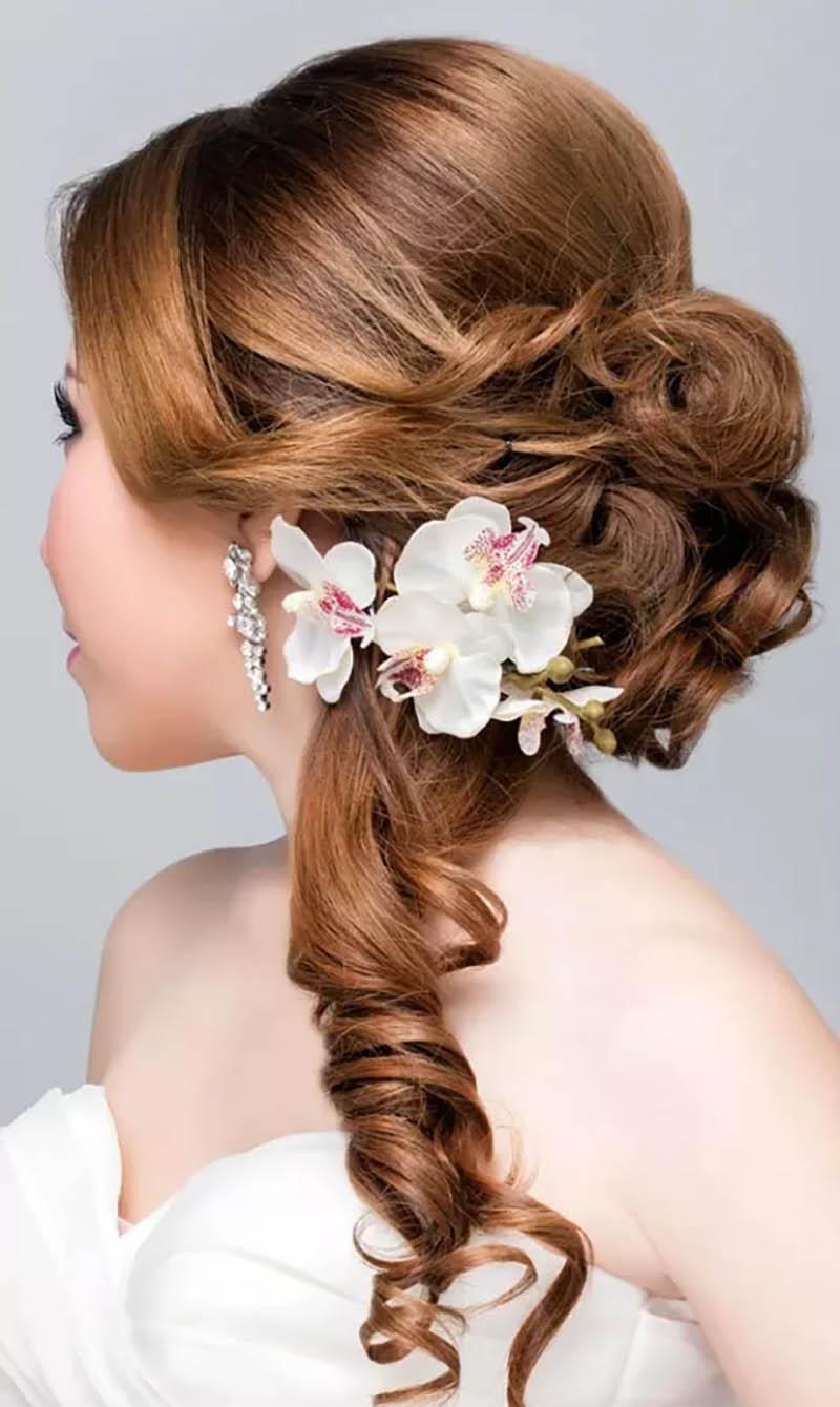 Tóc uốn xoăn kết hợp với búi tóc xoắn Twist