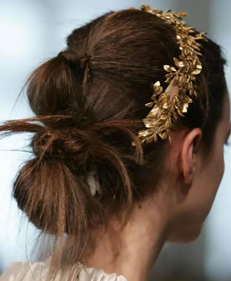 Tóc cuộn với kiểu tóc đuôi ngựa quấn và thắt nút