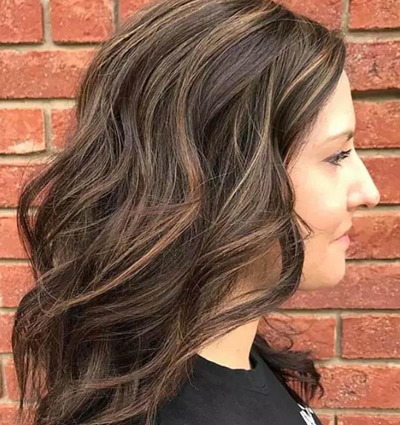 Highlight màu Caramel trên tóc nhuộm nâu Socola