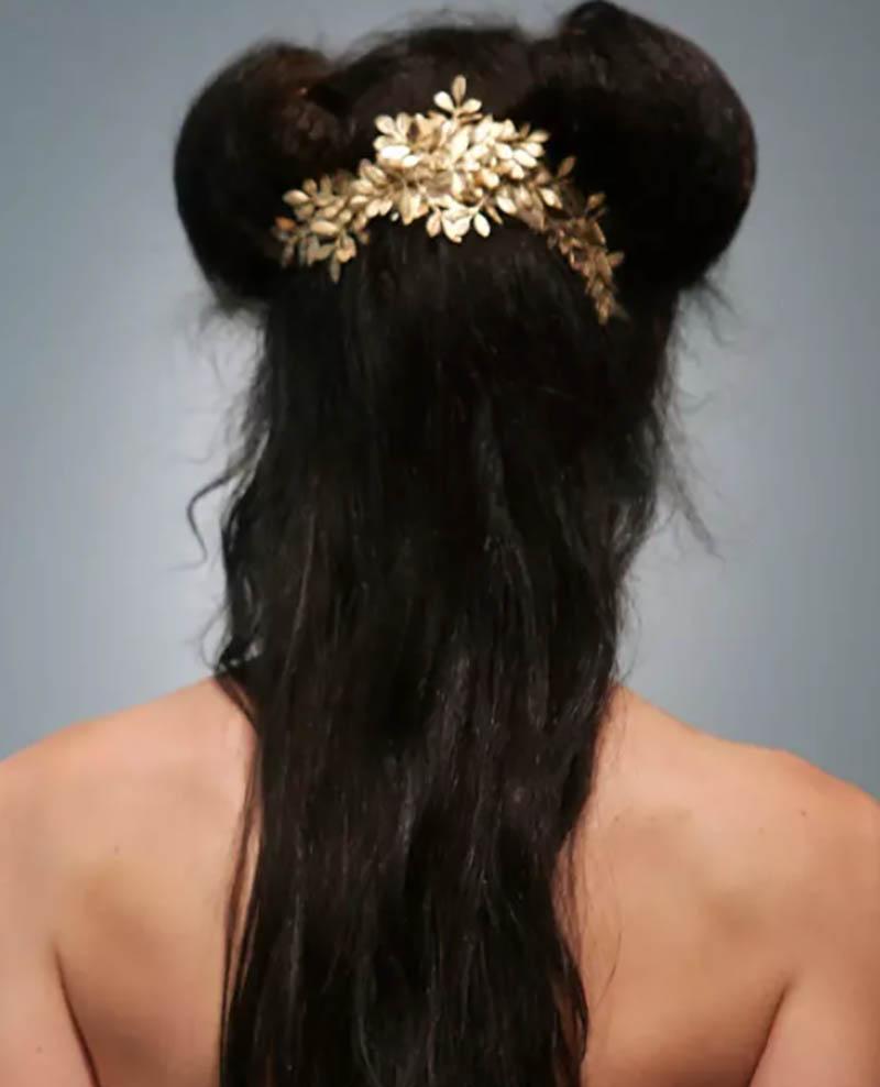 Tóc uốn gợn sóng dài có độ dài trung bình với kiểu tóc búi hai bên