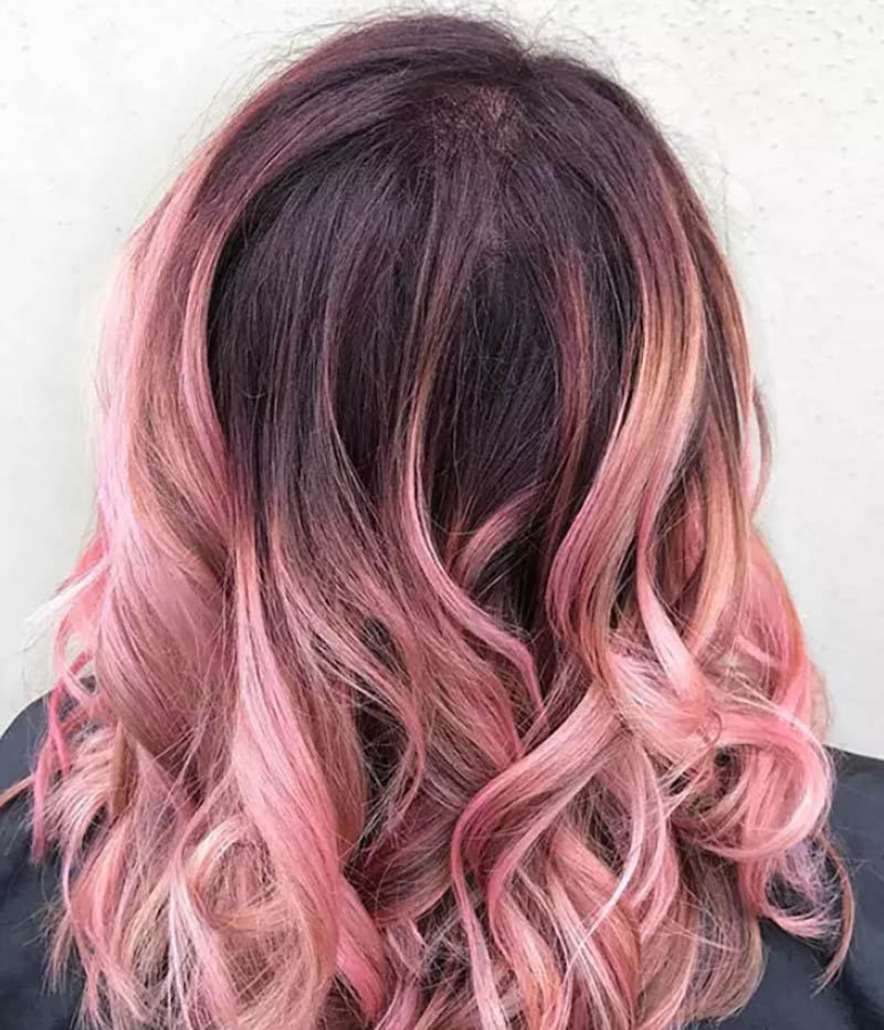Tóc uốn xoăn có độ dài trung bình nhuộm Ombre màu hồng phấn