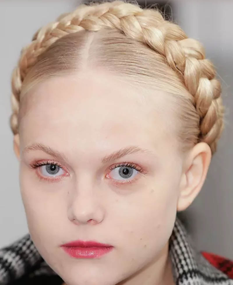 Tóc rẽ ngôi giữa với tóc tết vấn quanh đầu