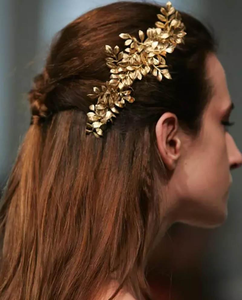 Tóc uốn gợn sóng thả tự nhiên kết hợp với bím tóc và buộc quấn đuôi ngựa