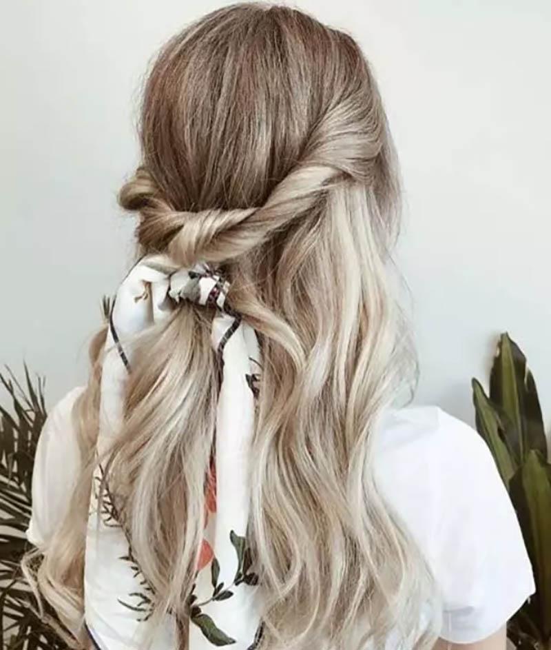 Kiểu tóc đuôi ngựa một nửa xoắn
