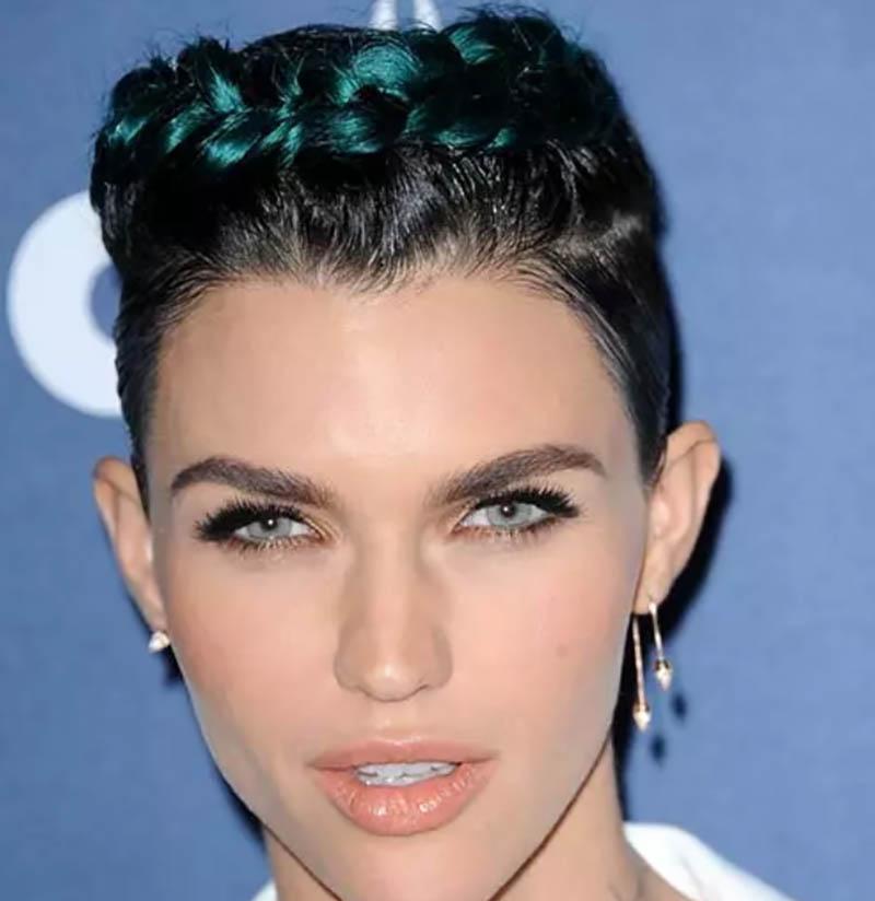 Kiểu tóc tém kết hợp với tết và nhuộm xanh