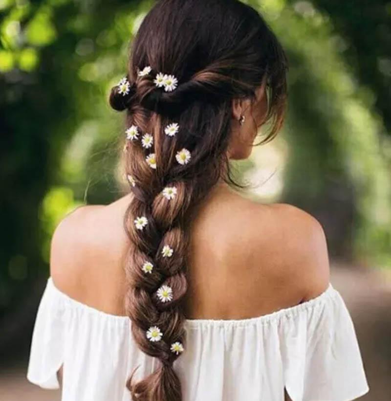 Tết tóc gắn hoa tươi